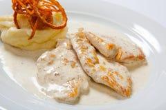 Blanc de poulet avec de la purée de pommes de terre, l'oignon et la sauce au jus Image stock