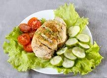 Blanc de poulet avec des herbes, des tomates et des concombres photos libres de droits