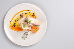 Blanc de poulet avec des légumes d'un plat blanc Photographie stock libre de droits