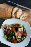 Blanc de poulet avec de la salade et la ciabatta images stock