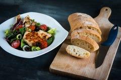 Blanc de poulet avec de la salade et la ciabatta photos libres de droits