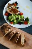 Blanc de poulet avec de la salade et la ciabatta photo stock