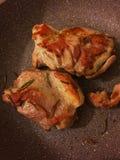 Blanc de poulet avec le romarin dans la casserole de NO--bâton images libres de droits