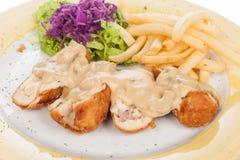 Blanc de poulet bourré de la sauce aux champignons et des pommes frites images stock