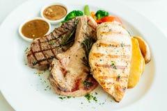 Blanc de poulet et côtelette de porc avec le bifteck et le légume de viande de boeuf Image stock