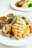 Blanc de poulet et côtelette de porc avec le bifteck et le légume de viande de boeuf Images libres de droits