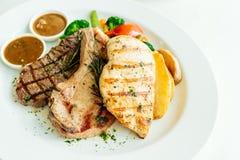 Blanc de poulet et côtelette de porc avec le bifteck et le légume de viande de boeuf Image libre de droits