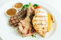 Blanc de poulet et côtelette de porc avec le bifteck et le légume de viande de boeuf Photos stock