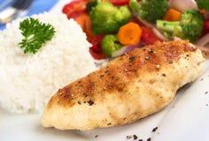 Blanc de poulet frit avec du riz et des légumes Image libre de droits