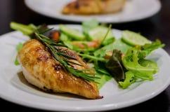 Blanc de poulet grillé avec de la salade Photo stock
