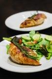 Blanc de poulet grillé avec de la salade Image stock