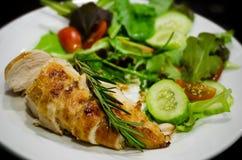 Blanc de poulet grillé avec de la salade Photographie stock