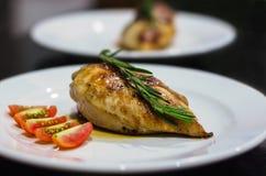 Blanc de poulet grillé avec des tomates Photo libre de droits