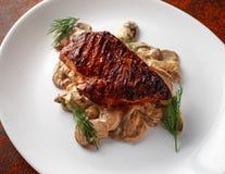 Blanc de poulet grillé avec la sauce aux champignons crémeuse Nourriture saine images stock
