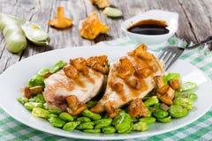 Blanc de poulet grillé servi avec des haricots de lima Images libres de droits