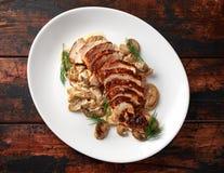 Blanc de poulet grillé de tranches avec la sauce aux champignons crémeuse Nourriture saine images stock