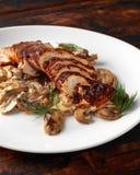 Blanc de poulet grillé de tranches avec la sauce aux champignons crémeuse Nourriture saine photographie stock