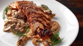 Blanc de poulet grillé de tranches avec la sauce aux champignons crémeuse Nourriture saine photographie stock libre de droits