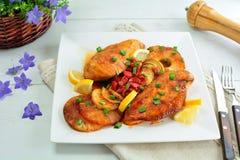 Blanc de poulet grill? avec l'ananas et le Chili Sauce - une id?e d?licieuse de barbecue de week-end photographie stock libre de droits