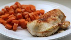 Blanc de poulet rôti et assaisonné avec des carottes Photo libre de droits