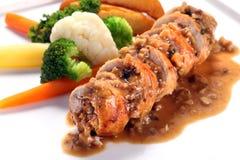 Blanc de poulet sans os rôti découpé en tranches avec la sauce aux champignons sur le wh Images stock