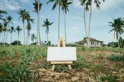 blanc de réussite d'isolement par concept d'affaires Cadre blanc de toile sur le chevalet en bois photographie stock libre de droits