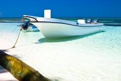 blanc de sable d'océan de moteur de bateau de plage Photos libres de droits