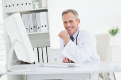 blanc de sourire de regard avant de vue du docteur s d'appareil-photo de fond Images libres de droits