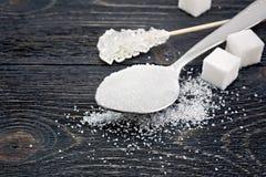 Blanc de sucre différent sur le conseil noir Photographie stock