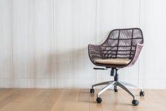 blanc de sujet de bureau d'isolement par meubles de présidence de fond Photographie stock
