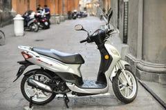 Blanc de symphonie de scooter sur la rue de Bologna Image stock