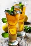 blanc de thé d'isolement par glace photos stock