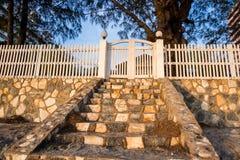 Blanc en bois de barrières et de portes Photographie stock libre de droits