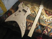 Blanc en bois pour la guitare électrique Guitare électrique faite maison images stock
