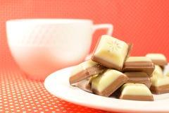 Blanc et bonbons à chocolat au lait Photo libre de droits