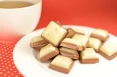 Blanc et bonbons à chocolat au lait Images libres de droits