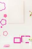 Blanc et espace de travail rose Photographie stock libre de droits