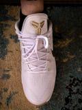Blanc et espadrille Mamba noir nike de Kobe Bryant d'or photo libre de droits