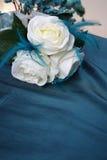 Blanc et fleurs en soie de mariage de sarcelle d'hiver photos libres de droits