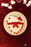 Blanc et Tableau rouge de feutre de mariage de gâteau de forme de coeur d'arc Image libre de droits
