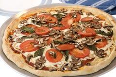 blanc fait maison de tomate de pizza de champignon de couche de basilic Photo stock