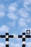 Blanc ferroviaire de noir de signage de signal de symbole d'arrêt de vieux trains sales d'isolement par signe sans issue de circu Images stock