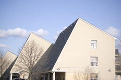 blanc haut résidentiel moderne de maison proche Image libre de droits
