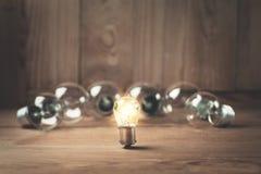 blanc léger d'isolement par ampoules Concept d'amorce image stock