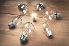 blanc léger d'isolement par ampoules Concept d'amorce image libre de droits