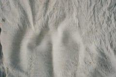 Blanc laiteux sale chiffonné par toile de texture de tissu Photos stock