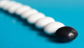 Blanc néerlandais de noir de sucrerie de salmiak dans la ligne Photo stock
