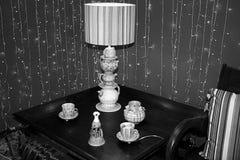 Blanc noir décoratif de table de forme d'abat-jour de théière de pièce en bois à l'intérieur Photographie stock
