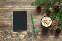 Blanc noir vide de Noël pour la lettre à Santa et branches d'arbre de Noël sur le conseil en bois Vue supérieure, l'espace de cop Photographie stock libre de droits