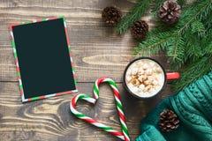 Blanc noir vide de Noël pour la lettre dans Santa et tasse de café sur le conseil en bois Vue supérieure, l'espace de copie Confi Image libre de droits